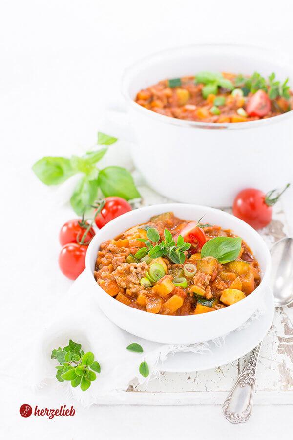 Bolognese Eintopf auf dem Teller mit Tomaten und Kräutern