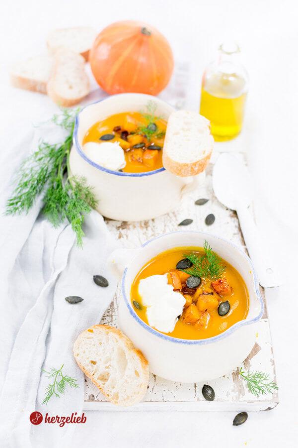 Kürbissuppe mit Meerettich und Dill, Kürbiskernen und Baguettebrot
