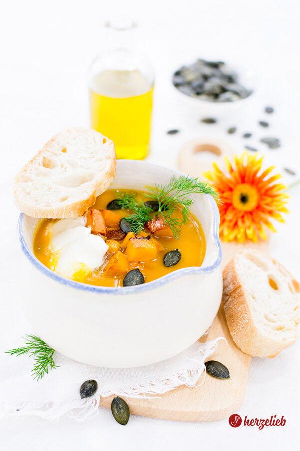 Kürbissuppe mit Meerrettich und Baguettebrot