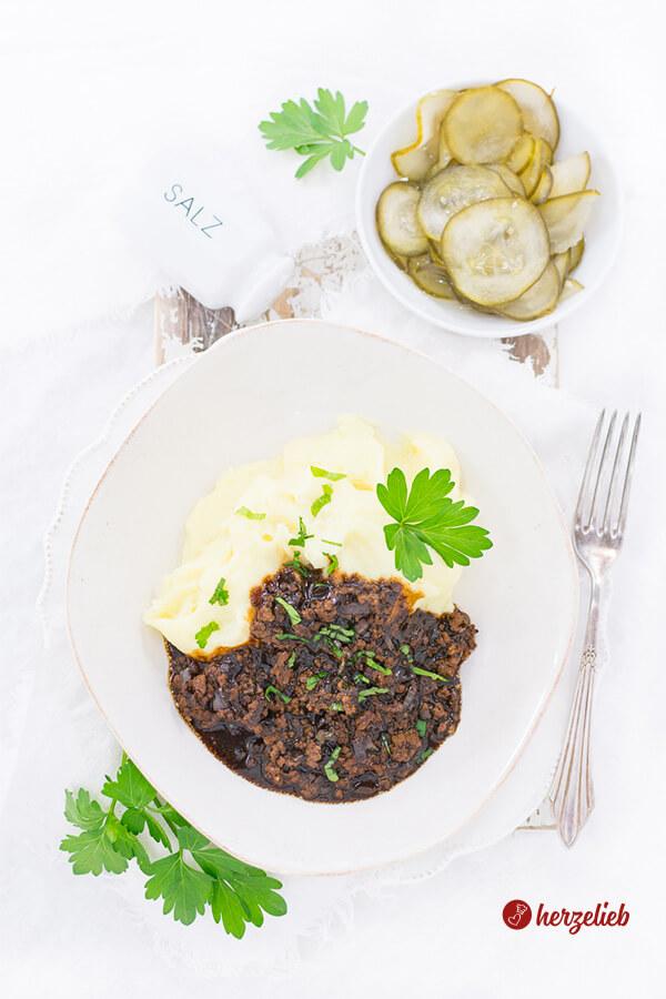 Hackfleischsoße mit Kartoffelbrei und Gurkensalat - Millionbøf med kartoffelmos og Agurker