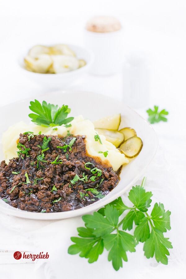 Millionbøf med kartoffelmos og Agurker - Hackfleischsoße mit Kartoffelbrei und Gurkensalat