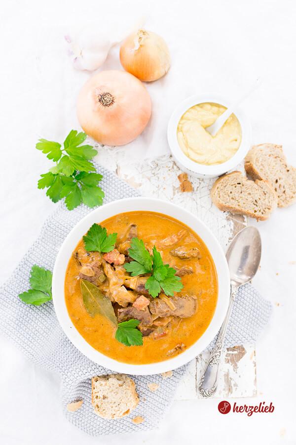 Rouladensuppe, die Partysuppe mit Petersilie, Sahne und Senf