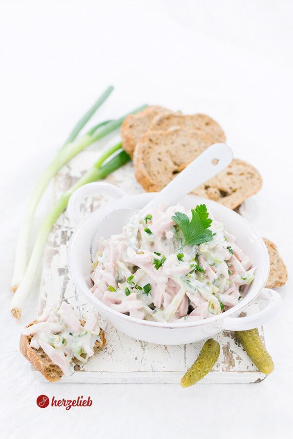 Fleischsalat mit Joghurt, Frühlingszwiebel und Brot