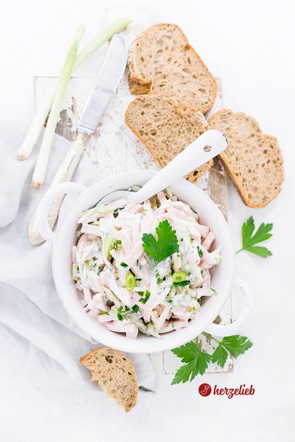 Fleischsalat mit Joghurt klassisch zu Brot