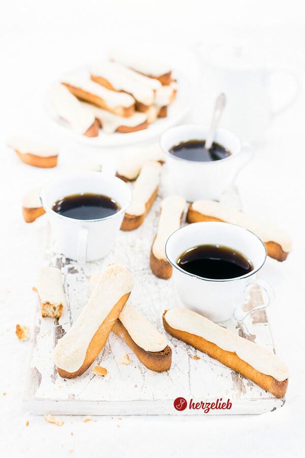 Kaffebrød zum Kaffee auf einem Brett mit einigen Tassen Kaffee