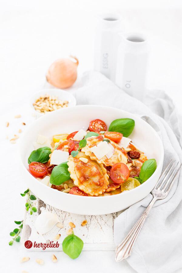 Mediterraner Salat mit Grillgemüse Raviolo, Tomaten, Parmesan, Basilikum, Pinienkernen