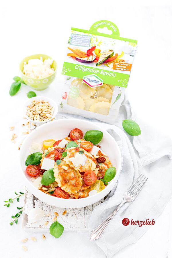 Mediterraner Nudelsalat mit Grillgemüse-Raviolo, Basilikum, Pinienkernen, Tomaten, Parmesan
