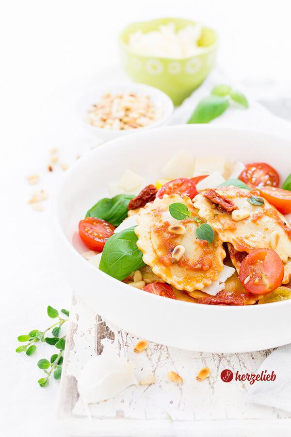 Mediterraner Nudelsalat mit Grillgemüse-Raviolo, Basilikum, Tomaten, Parmesan und Pinienkernen