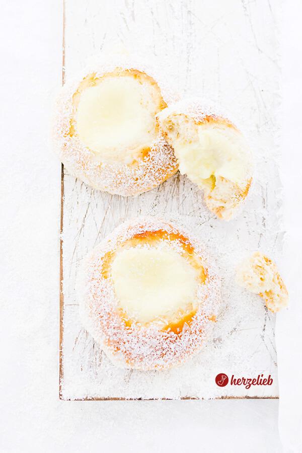 Norwegische Skoleboller von herzelieb aus Norwegen mit Puddingfüllung und Kokos
