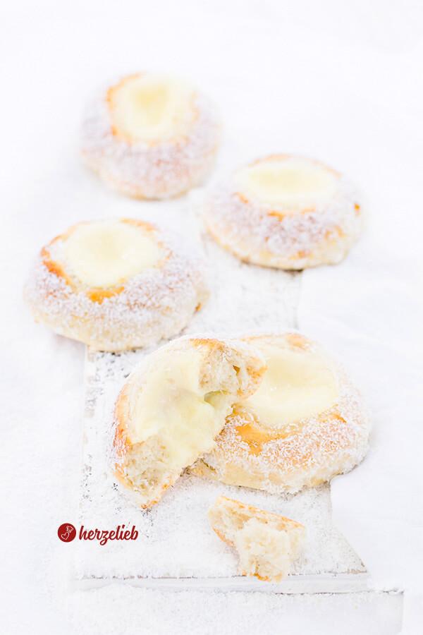 Skoleboller aus Norwegen selbstgebacken mit Puddingfüllung und Kokos