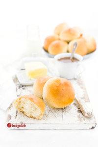 Milchbrötchen mit Butter und Kaffee