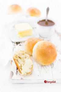 Milchbrötchen mit Butter und Kardamom zubereitet