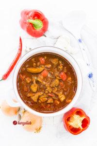 Schaschliktopf mit Fleisch, Paprika, Chili, Zwiebeln und mehr