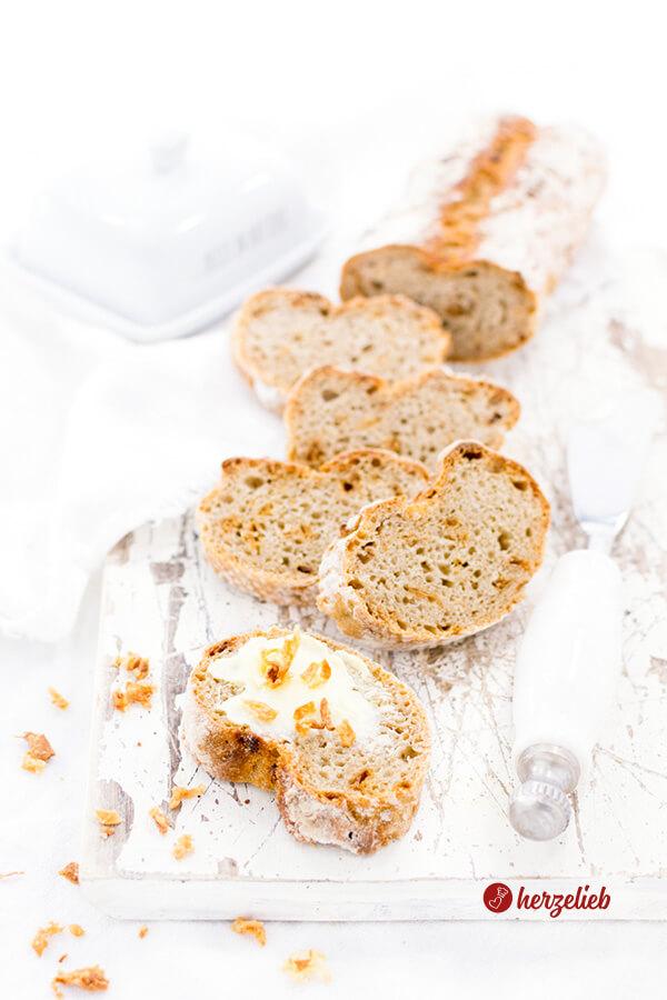 Selbstgebackenes Zwiebelbaguette mit Butter und Röstzwiebeln
