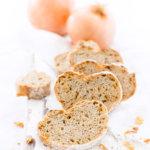 Zwiebelbaguette selbstgebacken und aufgeschnitten
