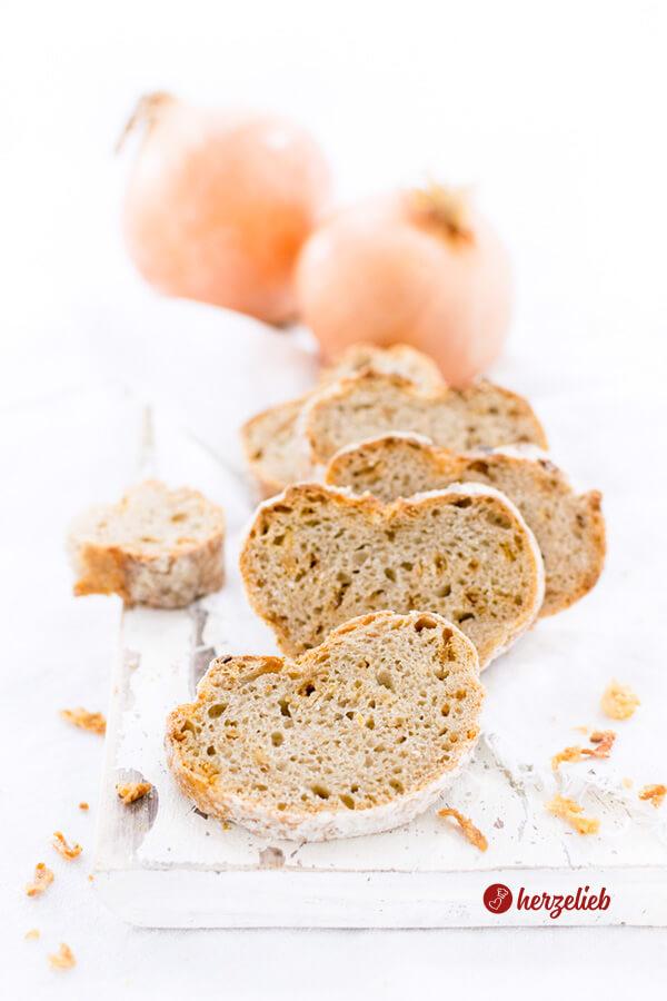 Zwiebelbaguette Rezept – herzhaftes Brot mit Roggen ohne Kneten!