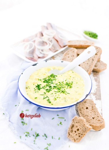 Karrysalat aus Dänemark mit Brot und hering