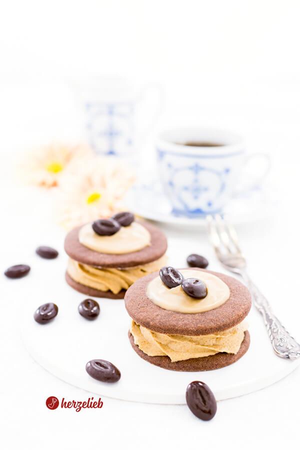 Medaljer mit Schokoladenkekse, Kaffeecreme und Karamell