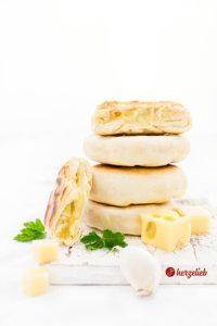 Pfannenbrote mit Käse gefüllt von herzelieb