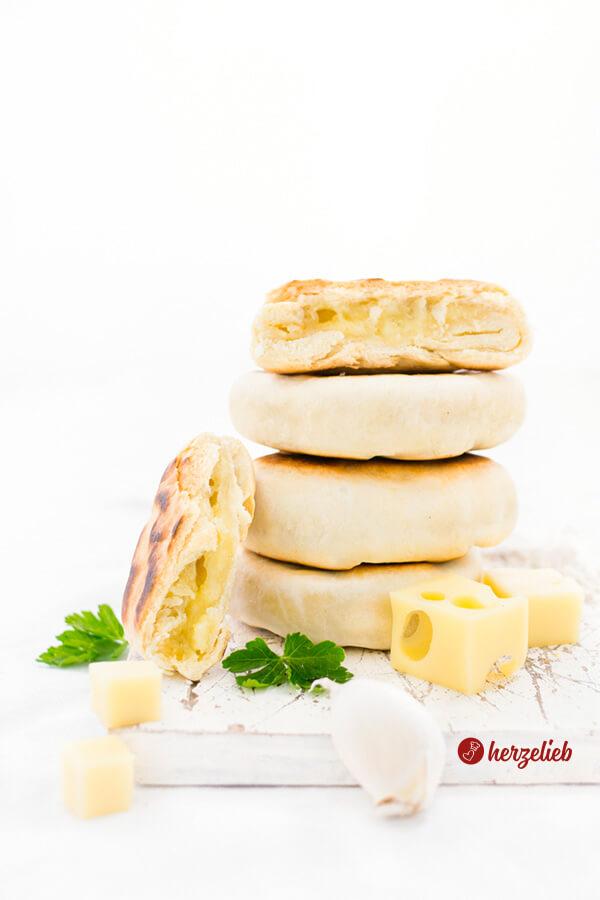 Kleine Pfannenbrote Rezept – Snack gefüllt mit Käse