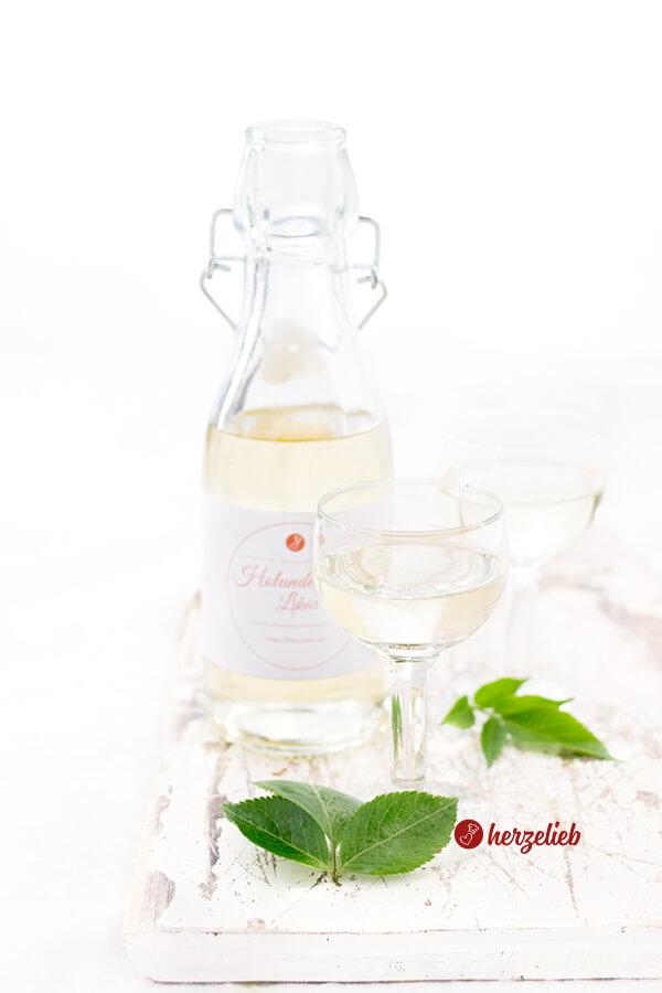 Holunderbütenlikör in einer Flasche mit 2 Gläsern