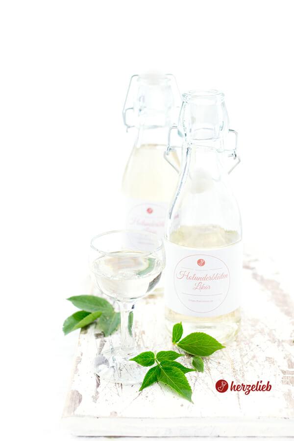2 Flaschen Holunderblütenlikör und ein Glas