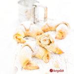Süße, schwedische Kartoffelhörnchen mit Erdbeerfüllung