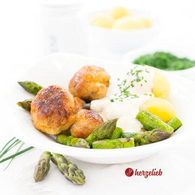 Puten-Köttbullar mit Spargel, Senfsoße und Schnittlauch - schwedisches Rezept
