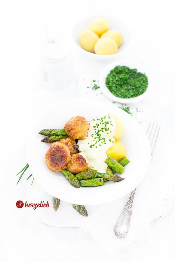 Puten-Köttbular in Senfsauce mit Spargel, Kartoffeln und Schnittlauch Rezept von herzelieb