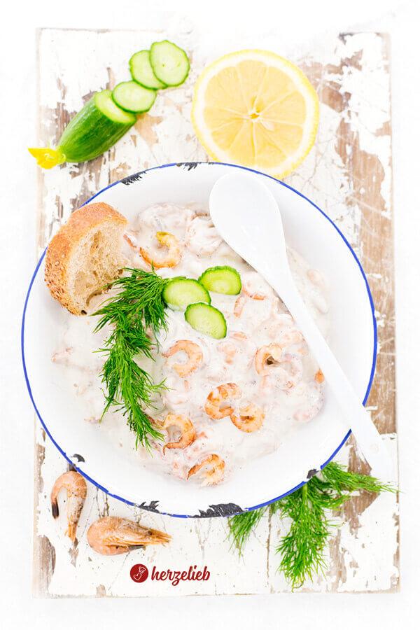 Krabbensalat mit Mayonnaise und Dill in einer Schüssel