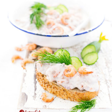 Selbstgemachter Krabbensalat auf Stangenbrot mit Dill und Gurke