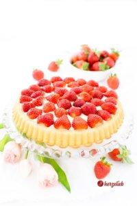 Obstboden mit Erdbeeren und Vanillepudding Rezept von herzelieb
