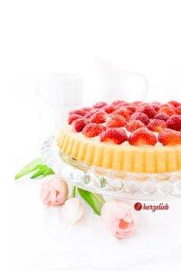 Obstboden belegt mit Erdbeeren und Vanillepudding