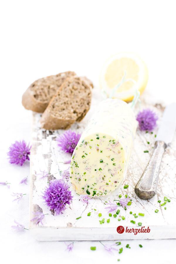 Schnittlauchblütenbutter Rolle mit Brot und Zitrone