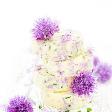 Schnittlauchblütenbutter Scheiben mit Blüten