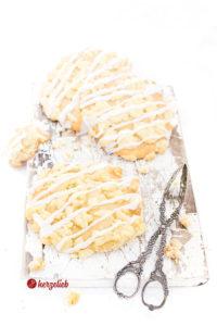 Streuseltaler auf einem Brett mit einer Kuchenzange