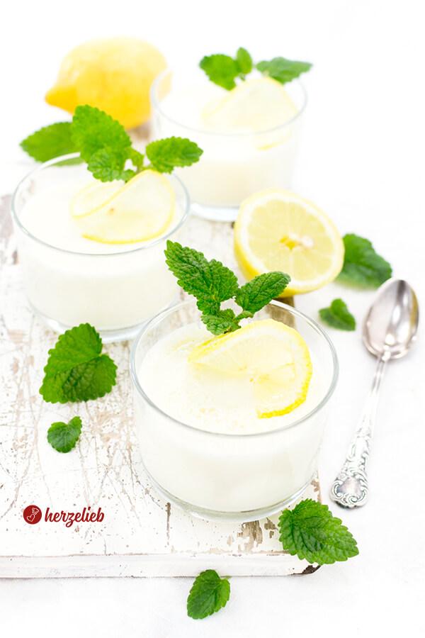 Zitronen Buttermilch Dessert im Glas mit Zitronenmelisse