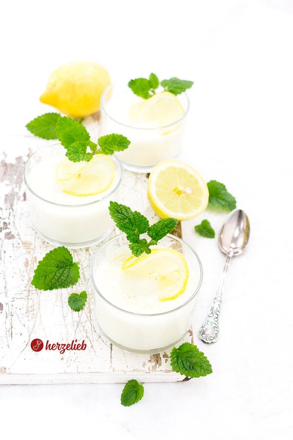 Zitronen Buttermilch Dessert oder Nachtisch im Glas mit Zitronenmelisse