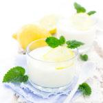Zitronen Buttermilch Dessert mit Zitronenmelisse im Glas