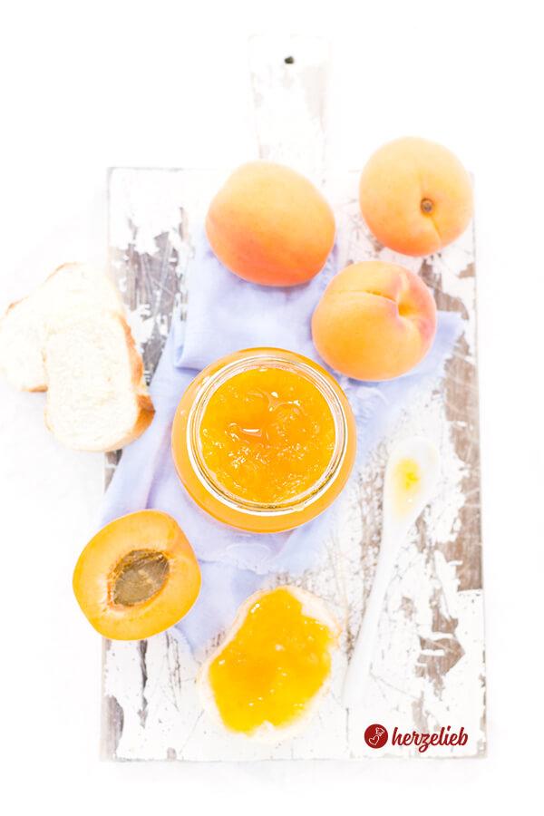 Aprikosenmarmelade bestes Rezept - selbstgemacht mit Früchten und Brot