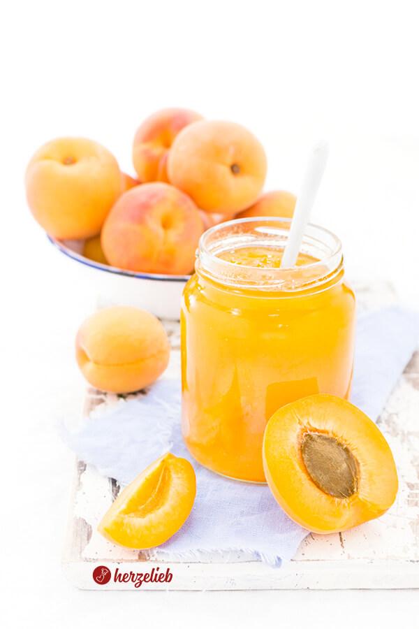 Aprikosenmarmelade im Glas mit Aprikosen -bestes Rezept