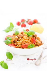 Bolognese Nudelsalat mit Hackfleisch und Tomaten