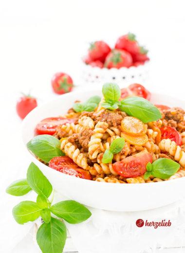 Nudelsalat Bolognese ohne Mayonnaise mit Hackfleisch und Tomaten
