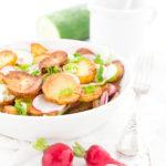 Bratkartoffelsalat mit Gurken, Radieschen und Dressing