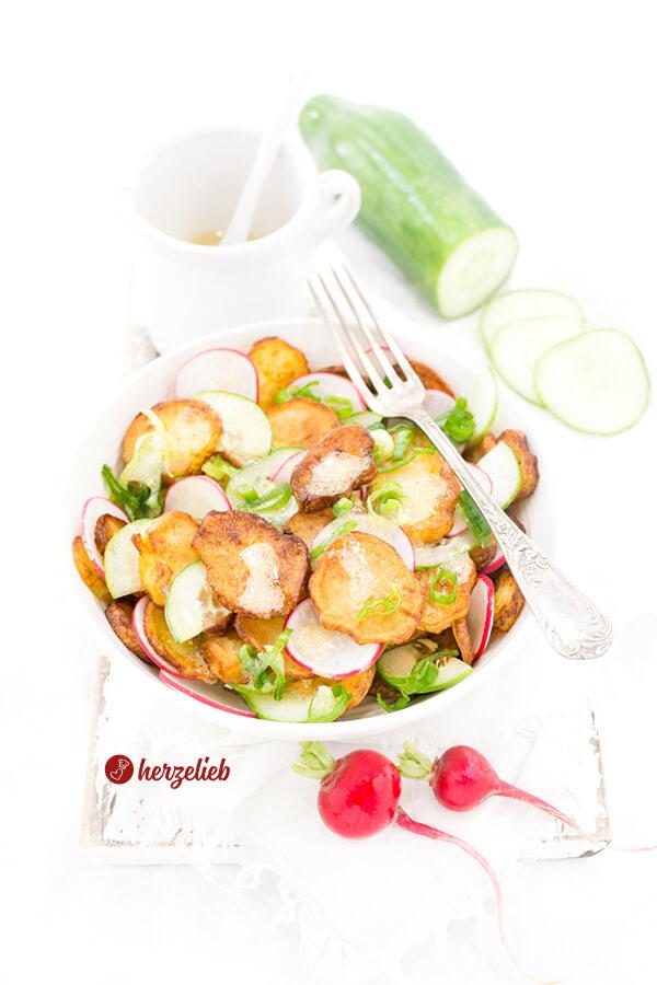 Bratkartoffelsalat Rezept mit Radieschen und Gurken