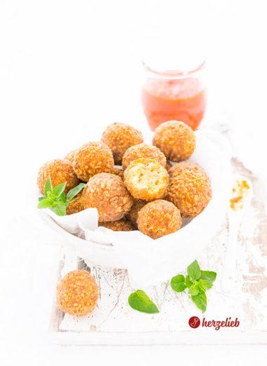 Käsebällchen würziges Fingerfood mit Oregano und Paprika