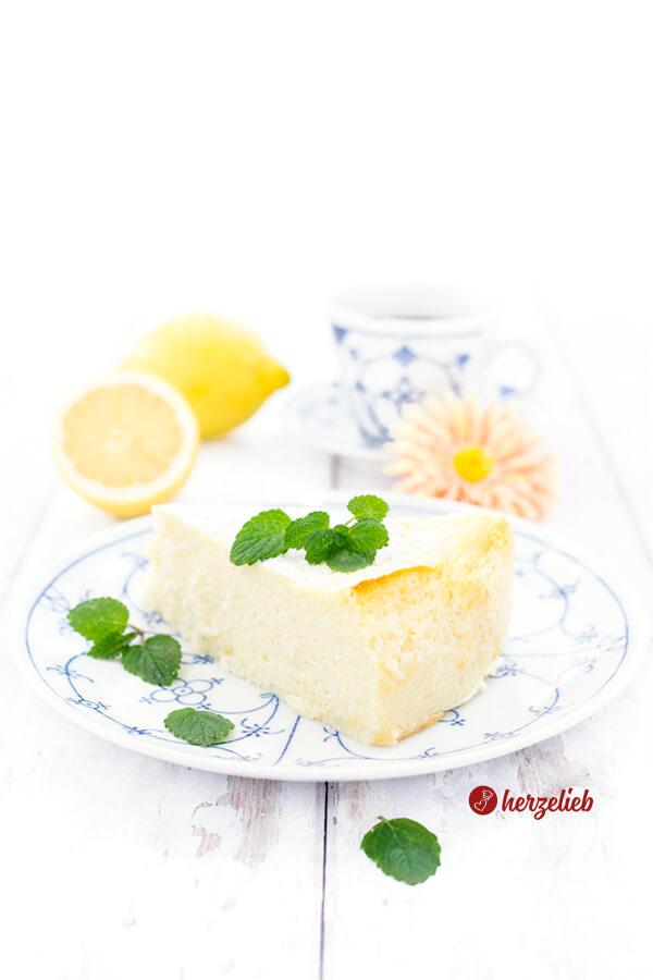 Grießbreikuchen erfrischend mit Zitrone, Buttermilch, Joghurt und Zitronenmelisse.