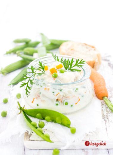 Italiensk Salat aus Dänemark im Glas mit Erbsen und Karotten