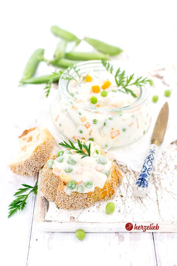 Italiensk Salat mit Karotten und Erbsen im Glas auf Brot