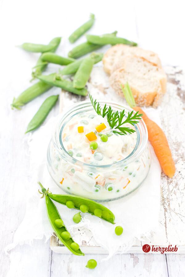 Italiensk Salat im Glas mit frischen Erbsen und Karotten